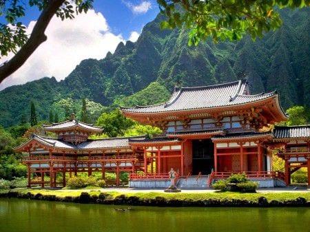 дом на берегу реки в Японии