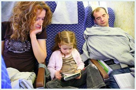 ребенок летит в самолете с родителями