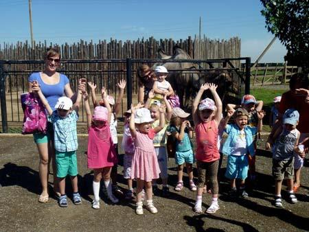 группа детей в сопровождении педагога