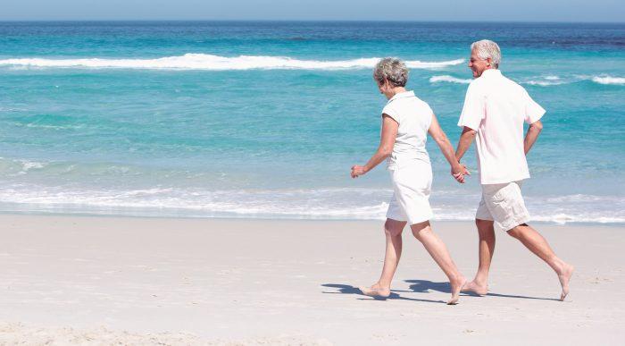 испанские пенсионеры гуляют вдоль моря