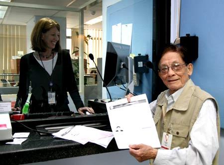 работник посольства