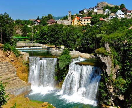 водопад в городе Яйце