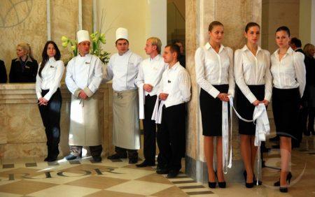 Работники ресторана в гостинице