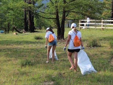 волонтеры убирают природу