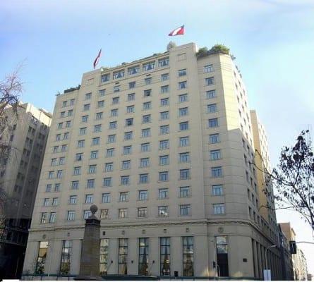 Здание Министерства иностранных дел находится на площади Конституции, рядом с Министерством финансов.