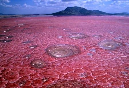 Красное соленое озеро Натрон
