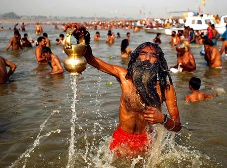 Индусы в реке Ганг