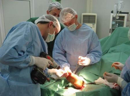 Операция на стопе с применением шуруповёрта в Афганистане