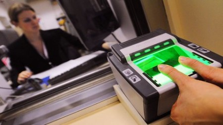 Снятие отпечатков пальцев для шенгенской визы.