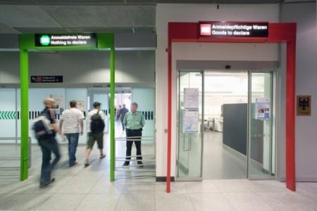 зеленый и красный коридоры в аэропорту