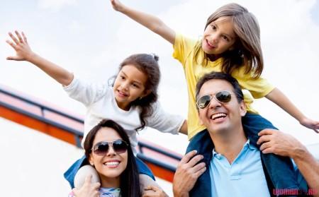 Семья путешествует на самолете