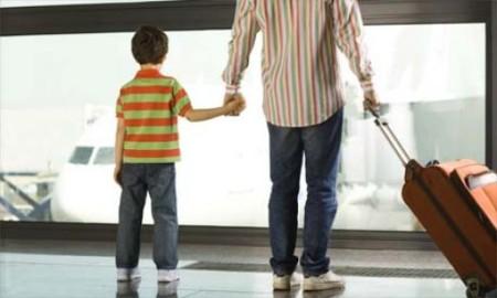 Ребенок пересекает границу с родителем