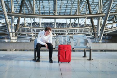 турист в ожидании в аэропорту