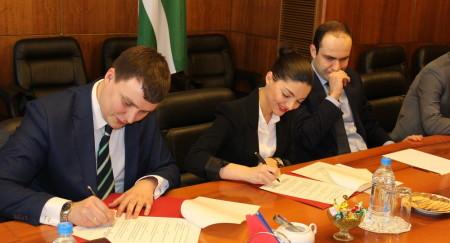 дипломаты подписывают соглашения