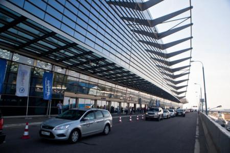 У здания аэропорта