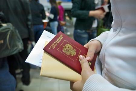 Загранпаспорт в руках