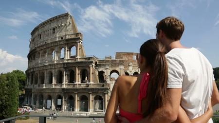 Туристы перед Колизеем в Риме