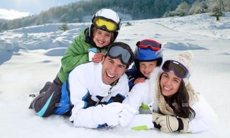 Семья на зимнем курорте