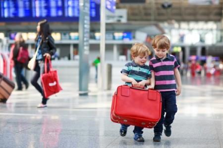 Дети с чемоданом