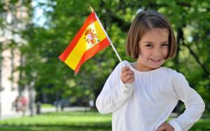 испанский флаг в руках ребенка