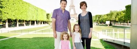 Семья на фоне Эйфелевой башни