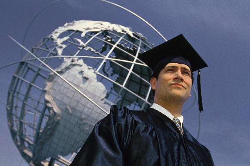 Выпускник у глобуса