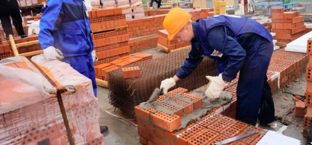 Работа каменщиком на стройке