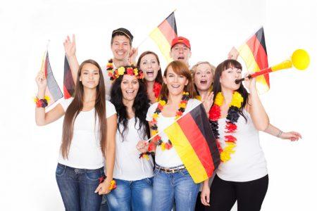 Молодые люди с флагами Германии