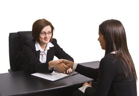 Женщина устраивается на работу