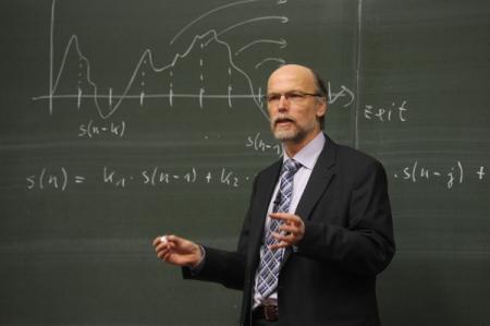 Професср преподает в университете