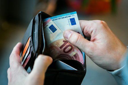 Кошелёк и банкноты евро