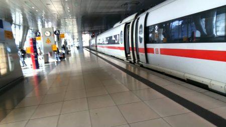 Между терминалами курсирует скоростной поезд