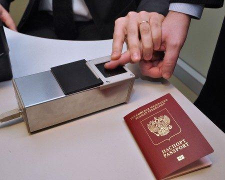 Сканирование пальцев для получения биометрического паспорта