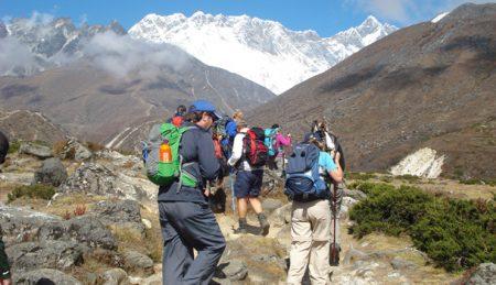 туристы поднимаются на Эверест