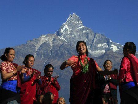 яркая одежда людей в Непале
