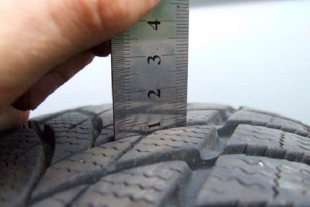 Так можно проверить высоту рисунка протектора шины
