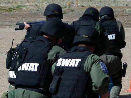 Сотрудники SWAT при выполнении задания