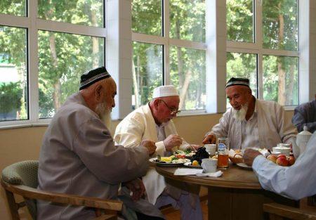 Пожилые люди в Иране