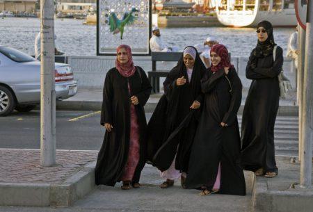 одежда девушек в Омане