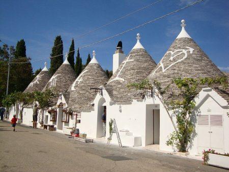 Старинный каменный дом с конической крышей для туристов, Апулия