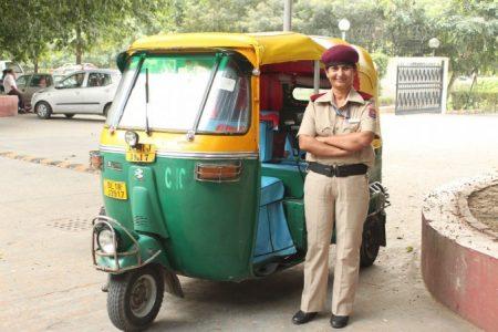 Чудхари - первая женщина-водитель такси в Индии