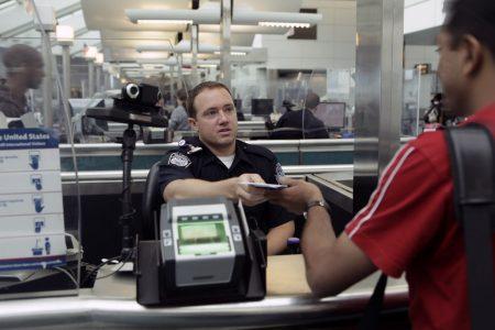 офицер иммиграционной службы США