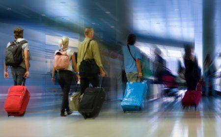 люди отправляются на отдых в другую страну