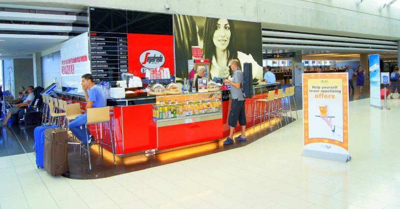 Небольшое кафе для кофе-брейка в аэропорту Ларнака, Кипр
