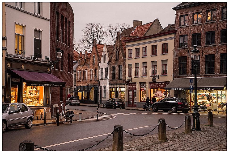 Вечерние магазины в Брюгге, Западная Фландрия, Бельгия
