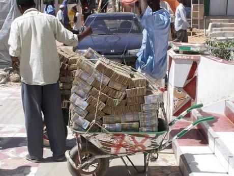 тачка, груженая зимбабвийскими долларами