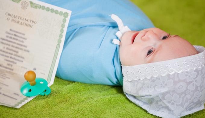 Ребенок со свидетельством о рождении