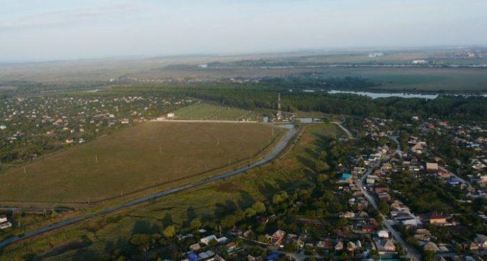 Елизаветинская примыкает восточной и северной окраинами к городской черте Краснодара.