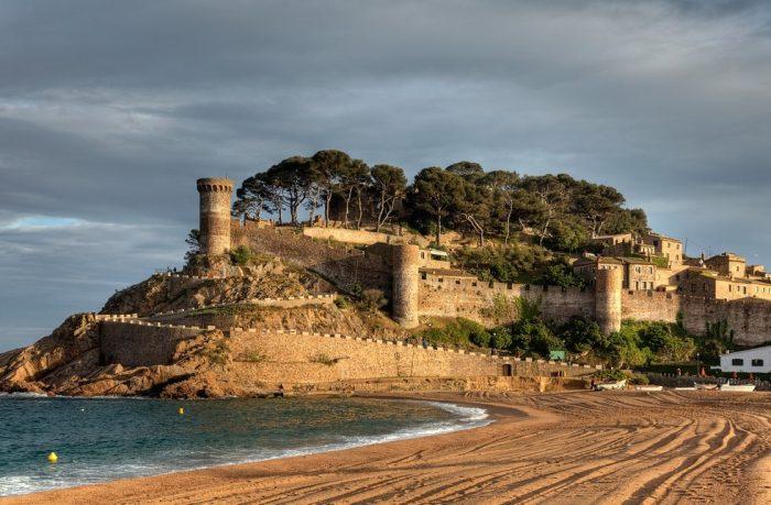 Средневековый замок-крепость Villa Vella. Коста Брава. Испания.