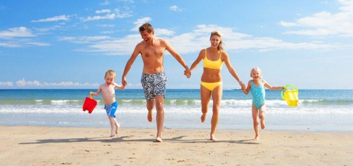 Родители на отдыхе с детьми